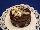 Čokoládový dort s přízdobou. Tmavý korpus, čokoládový krém, čokoládová poleva. Ø 23 cm 600 Kč, Ø 15 cm 350Kč. Termín objednání 2 dny.